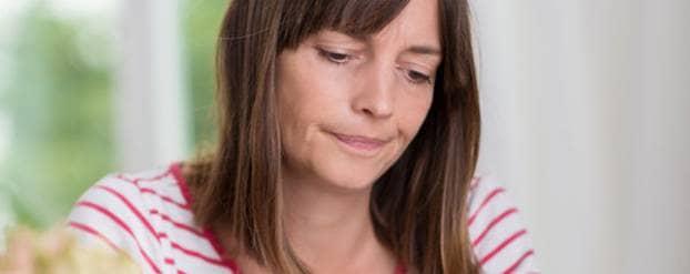 Jonge vrouw kijkt bedrukt