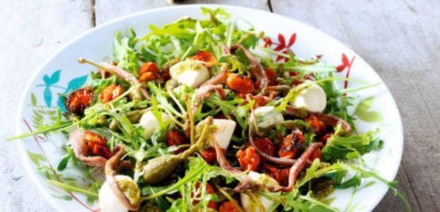 Bord met gezond eten, veel groenten en volkorenproducten