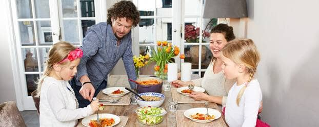 Gezin aan tafel eten gezond met minder suiker