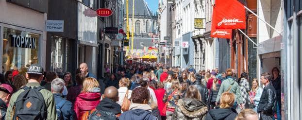 Winkelstraat met Nederlandse mensen: 'we eten over het algemeen te veel suiker'