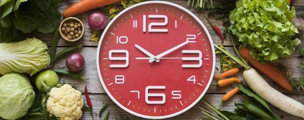 Klok met voeding eromheen want bij intermittent fasting bepaald de klok je voedingspatroon