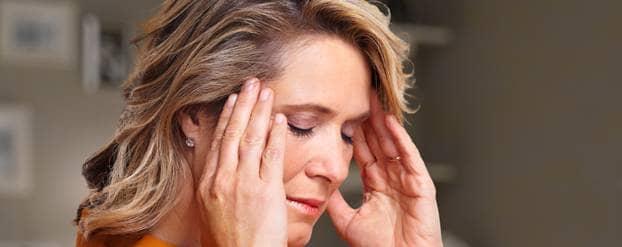 Vrouw met hoofdpijn door suikerovergevoeligheid