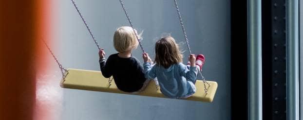 Kinderen op een schommel