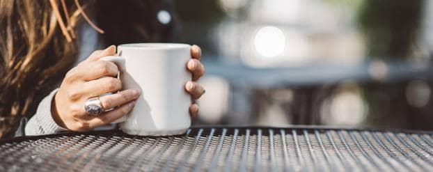 Vrouw drinkt zoete thee zonder suiker