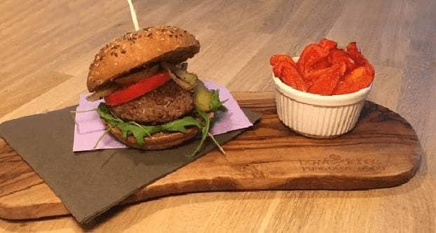 Broodje hamburger met paprikasticks