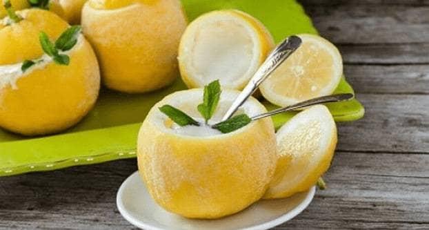 Citroen gevuld met citroenijs