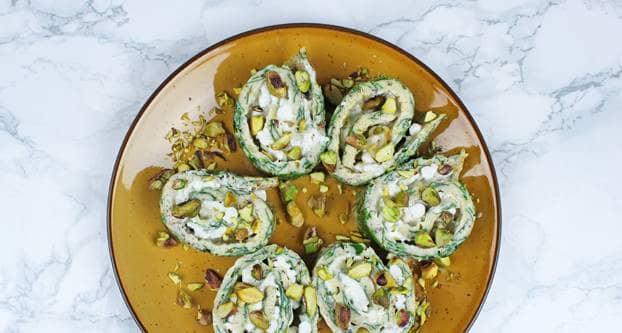 Foto Eiwrap hapjes met spinazie op bruin bord