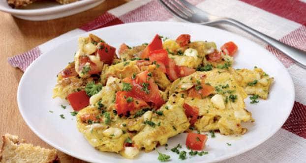 Roerei met kaas en tomaat