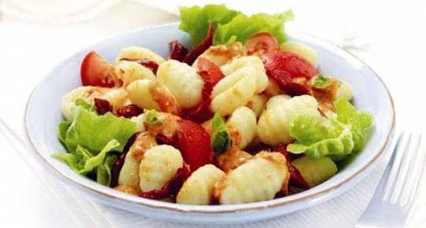 Salade met gnocchi en tomaten