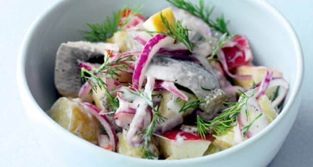 Salade met haring, aardappelen en appel