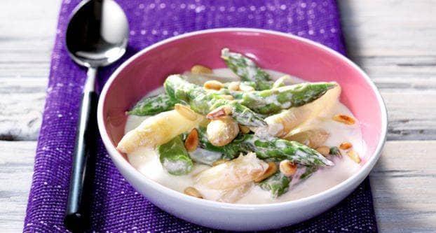 Salsa van witte en groene asperges