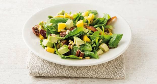 Spinazie-mangosalade met noten