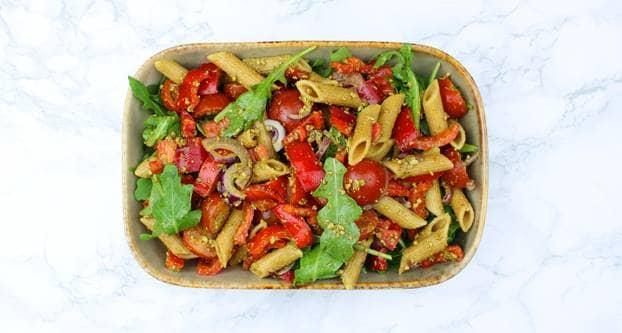 Volkoren pastasalade met pesto