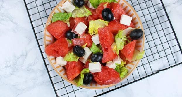 Foto watermeloensalade met feta, olijven en romainesla