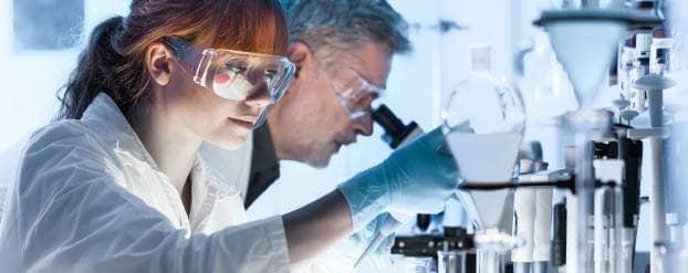 Foto van onderzoekers die werken in een laboratorium