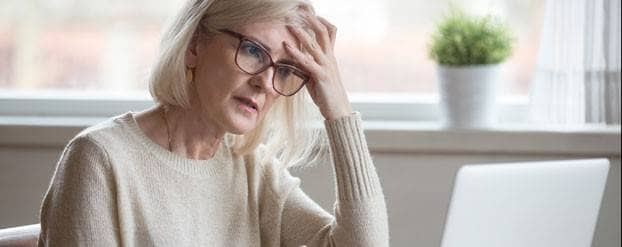 Vrouw achter de computer begrijpt uitslag van risicotest niet