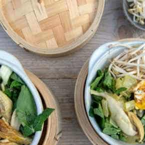 Khao soi met kipdrum­sticks