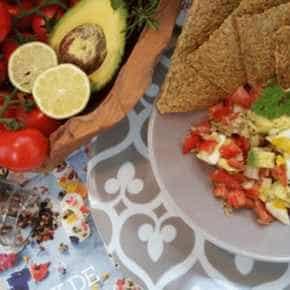 Lijnzaadcracker met avocado en eiersalade