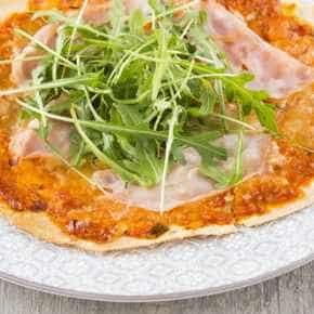 Pizza met spicy-tomaat en kipfilet