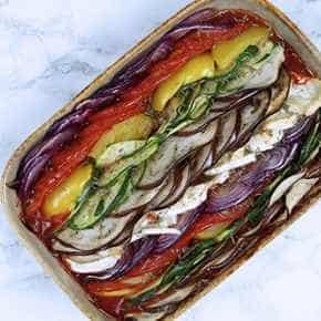 Gekleurde groenteschotel met geitenkaas