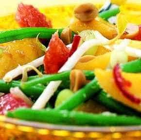 Salade van groenten, fruit en kokos