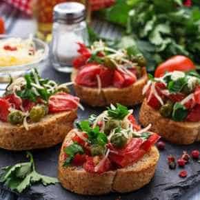 Bruchetta van stokbrood met tomaat