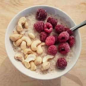 Volkoren graanontbijt met noten en fruit