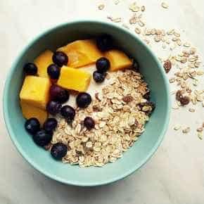 Yoghurt met muesli, blauwe bessen en mango