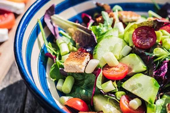 Hoe maak je een gezonde lunchsalade?